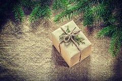 Rama de árbol envuelta de abeto del thuya de la caja de regalo en fondo de despido Imagenes de archivo