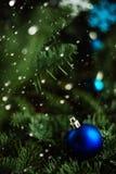 Rama de árbol de Forest Christmas con el ornamento azul Fondo del saludo del Año Nuevo Copie el espacio Fotos de archivo libres de regalías