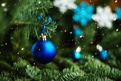 Rama de árbol de Forest Christmas con el ornamento azul Fondo del saludo del Año Nuevo Copie el espacio Imagen de archivo libre de regalías