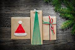 Rama de árbol hecha a mano de pino de la caja del regalo de Navidad en el tablero de madera Fotografía de archivo