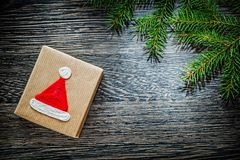 Rama de árbol hecha a mano de pino de la caja de regalo de la Navidad en el tablero de madera Fotos de archivo libres de regalías