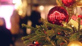 Rama de árbol de navidad adornada con las bolas rojas almacen de metraje de vídeo