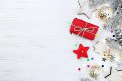 Rama de árbol de navidad adornada con los juguetes y las guirnaldas que brillan intensamente, Fotografía de archivo libre de regalías