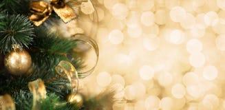 Rama de árbol de navidad con el fondo de oro borroso fotografía de archivo