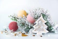 Rama de árbol de navidad con los juguetes Fotografía de archivo