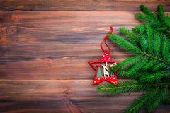 Rama de árbol de navidad con un juguete en un fondo de madera Fotos de archivo libres de regalías
