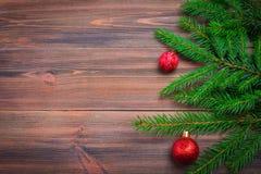Rama de árbol de navidad con un juguete en un fondo de madera Foto de archivo