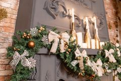 Rama de árbol de navidad en la chimenea y otras decoraciones del día de fiesta en desván oscuro Imagen de archivo