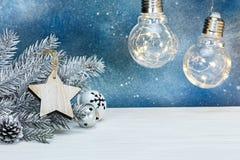 Rama de árbol de plata de abeto de la Navidad, decoraciones del árbol y r que brilla intensamente Fotografía de archivo