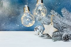 Rama de árbol de plata de abeto de la Navidad, decoraciones del árbol y r que brilla intensamente Imagen de archivo libre de regalías