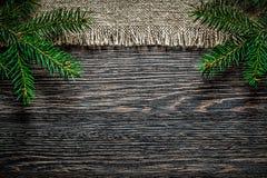 Rama de despido del pino del vintage en fondo de la Navidad del tablero de madera imágenes de archivo libres de regalías