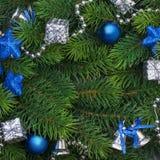 Rama de la Navidad con las decoraciones azules Imagen de archivo