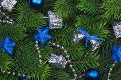 Rama de la Navidad con las decoraciones azules Imagen de archivo libre de regalías
