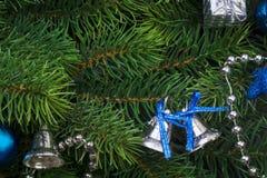 Rama de la Navidad con las decoraciones azules Fotos de archivo