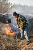 Rama de las hojas del uso del bombero para la supresión de incendio forestal Foto de archivo