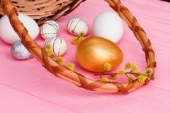 Rama de oro del huevo de Pascua y del sauce de gatito Foto de archivo libre de regalías