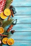 Rama de árbol de navidad con sta secado de las naranjas, del canela y del anís Fotos de archivo libres de regalías