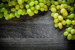 Rama de uvas en concepto de la comida del tablero de madera Fotos de archivo libres de regalías
