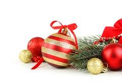 Rama del árbol de navidad con las bolas aisladas en el fondo blanco Imagenes de archivo