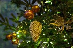Rama del abeto con las bolas y las luces festivas en el backgr de la Navidad imagenes de archivo