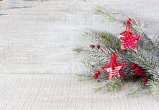 Rama del abeto con las decoraciones de la Navidad en el fondo de madera rústico blanco Imágenes de archivo libres de regalías