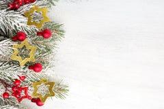 Rama del abeto con las decoraciones de la Navidad en viejo fondo lamentable de madera con el espacio de la copia para el tex Imagenes de archivo