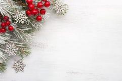 Rama del abeto con las decoraciones de la Navidad en viejo fondo lamentable de madera con el espacio de la copia para el texto Fotografía de archivo libre de regalías