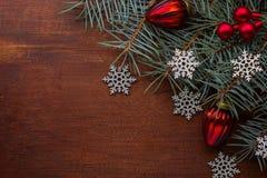 Rama del abeto con las decoraciones de la Navidad en viejo fondo de madera con el espacio de la copia para el texto Foto de archivo libre de regalías