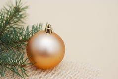 Rama del abeto de la Navidad con la bola de oro de la Navidad aislada con el espacio de la copia concepto de Cristmas del vintage Imagenes de archivo