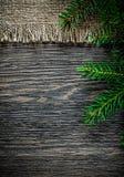Rama del abeto del empaquetamiento del vintage en fondo de la Navidad del tablero de madera imagen de archivo libre de regalías