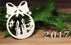 Rama del abeto y decoración del árbol de navidad con los cuadros 2017 Foto de archivo
