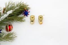 Rama del pino con los ornamentos del Año Nuevo Imagen de archivo libre de regalías