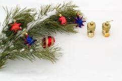 Rama del pino con los ornamentos del Año Nuevo Imágenes de archivo libres de regalías