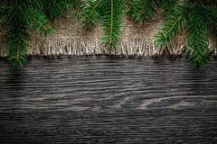 Rama del pino de la arpillera del vintage en fondo de la Navidad del tablero de madera fotografía de archivo libre de regalías