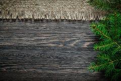 Rama del pino de la harpillera del vintage en backgrou de la Navidad del tablero de madera fotografía de archivo