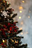 Rama del pino de la Navidad con las decoraciones y las bolas Imagen de archivo libre de regalías