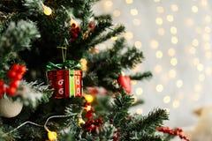 Rama del pino de la Navidad con las decoraciones y las bolas Fotografía de archivo