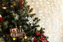 Rama del pino de la Navidad con las decoraciones y las bolas Foto de archivo