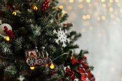 Rama del pino de la Navidad con las decoraciones y las bolas Imagen de archivo