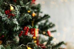 Rama del pino de la Navidad con las decoraciones y las bolas Fotos de archivo