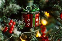 Rama del pino de la Navidad con las decoraciones y las bolas Foto de archivo libre de regalías