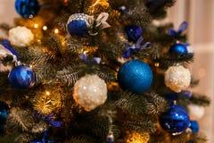 Rama del pino de la Navidad con las decoraciones y las bolas Fotografía de archivo libre de regalías