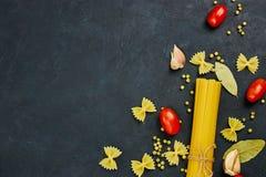 Rama dla jedzenia czereśniowi tło składniki odizolowywali makaronu spaghetti pomidorowego biel Czereśniowi pomidory, spaghetti ma zdjęcie royalty free