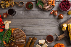 Rama gotująca na grillu różny jedzenie obraz stock