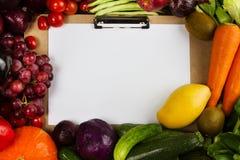 Rama grupowi owoc i warzywo z tekst przestrzenią papierem na środku Zdjęcia Royalty Free