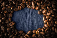 Rama kawowa fasola na ciemnym tle Obraz Royalty Free