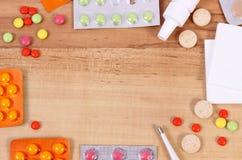 Rama lekarstwo i akcesoria dla traktowania zimna, grypowy i cieknący Obrazy Royalty Free