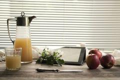Rama, manzanas y un jarro con el jugo Fotos de archivo libres de regalías