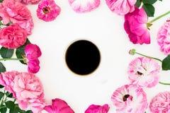 Rama menchii róża kwitnie i anemon z kubkiem czarna kawa na białym tle Mieszkanie nieatutowy, odgórny widok Kwitnie teksturę obraz royalty free