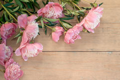 Rama od kwiatów na starzejącym się drewnianym tle Selekcyjna ostrość P Zdjęcie Royalty Free